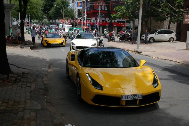 Trong khi người em, ngồi sau vô lăng món quà tốt nghiệp vừa mới nhận được là siêu xe Ferrari 488 GTB trị giá 16 tỷ Đồng.