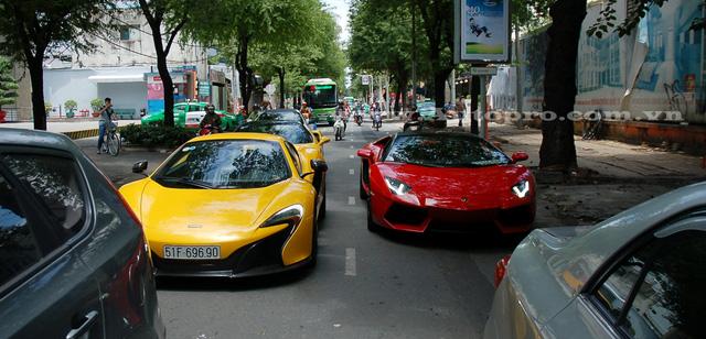 Cứ mỗi dịp cuối tuần là các con phố trung tâm Quận 1 lại tấp nập siêu xe lăn bánh, tuy nhiên vào sáng ngày 7/8 thì đặc biệt hơn khi lần đầu có sự góp mặt của siêu xe Lamborghini Aventador LP700-4 mui trần đi dạo cùng bộ đôi McLaren 650S Spider và Ferrari 488 GTB của anh em nhà Phan Thành.