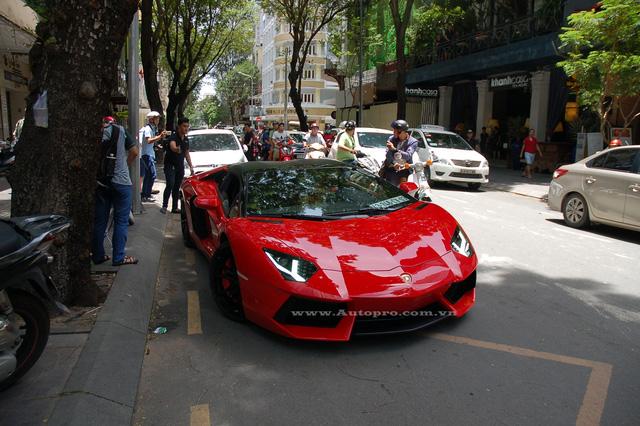 Lamborghini Aventador LP700-4 Roadster đầu tiên xuất hiện tại Việt Nam vào cuối tháng 10 năm ngoái khiến giới chơi xe cả nước xôn xao và choáng váng, ngay sau khi về nước siêu xe hàng độc được vận chuyển về cho chủ nhân sinh sống tại Hải Phòng.