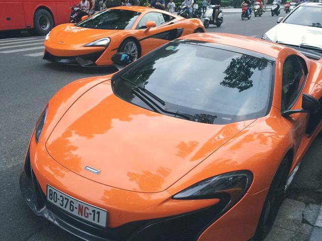 Khoảnh khắc rất hiếm bắt gặp của bộ đôi McLaren trên phố Hà thành. Ảnh: Facebook.
