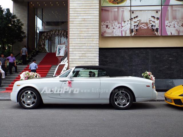 Rolls-Royce Phantom Drophead Coupe được xem như chiếc xe 2 cửa mui trần của dòng Phantom danh tiếng. Ngoài việc sở hữu thêm một mui vải xếp, toàn bộ nội thất quý tộc trên chiếc sedan đều được giữ lại. Phantom Drophead Coupe sở hữu động cơ V12, dung tích 6.75 lít, sản sinh công suất cực đại 453 mã lực.