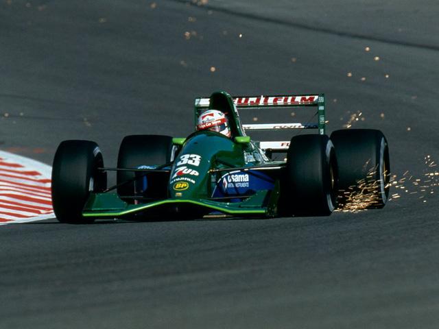 Jordan 191 lại là một ví dụ khác cho vẻ đẹp trên đường đua tốc độ. Dưới lớp sơn xanh lục bảo và được cầm lái bởi tay đua huyền thoại Michael Schumacher, chiếc xe luôn gây ấn tượng mạnh mỗi khi xuất hiện trên đường đua.