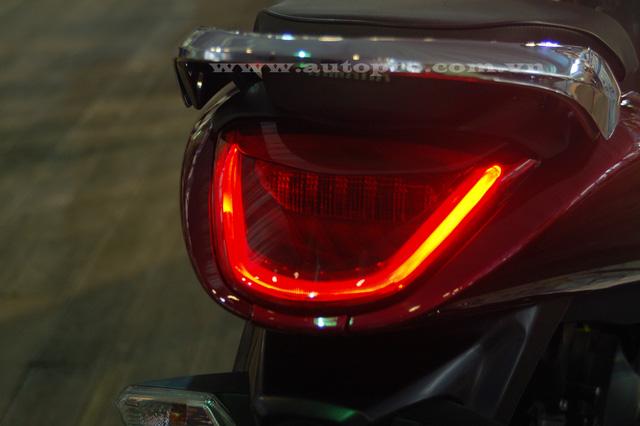 Đèn hậu thiết kế gọn gàng và sử dụng công nghệ LED.