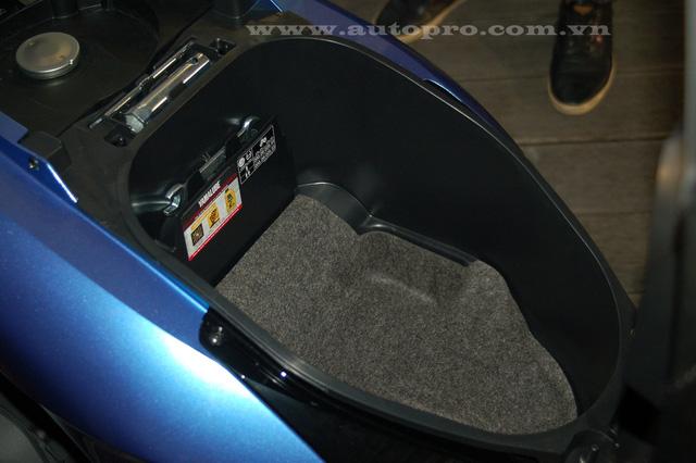 Cốp xe vừa đủ để 1 chiếc mũ bảo hiểm nửa đầu và dung tích bình xăng đạt 4,2 lít.