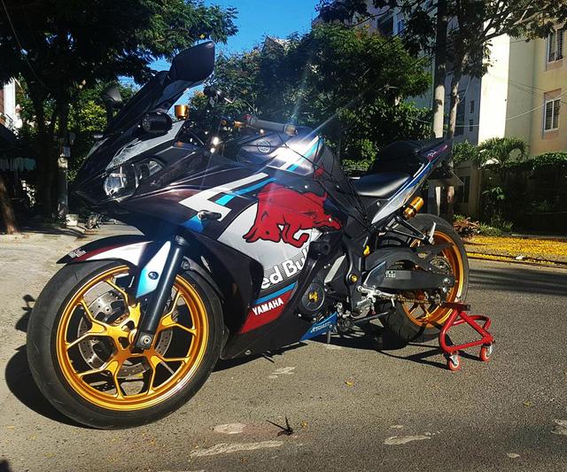Ngắm Yamaha R3 độ bản Red Bull cực chất cùng đồ chơi hàng hiệu 2