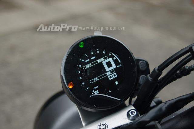 Đồng hồ hiển thị trên XSR900 cũng sử dụng công nghệ LED cho ánh sáng trắng, ngoài ra, cách thiết kế cũng khá cổ điển với dạng tròn. Đồng hồ này mang đến sự lạ mắt cho người xem khi được đặt lệch về phía bên phải, chứ không nằm chính giữa như thường thấy.