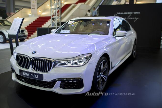 Dải đèn LED đóng vai trò đèn định vị ban ngày trên BMW 740Li.