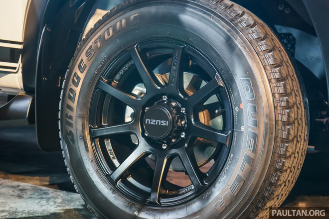 Trên sườn xe xuất hiện đề-can màu đen và dòng chữ Beast như dấu hiệu nhận biết cho phiên bản đặc biệt. Thêm vào đó là bộ vành hợp kim 17 inch riêng biệt được sơn màu đen mờ tông xuyệt tông.