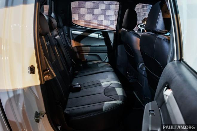 Bộ phụ kiện màu xám nhạt trên Isuzu D-Max tiêu chuẩn đã được thay bằng loại màu tối hơn.
