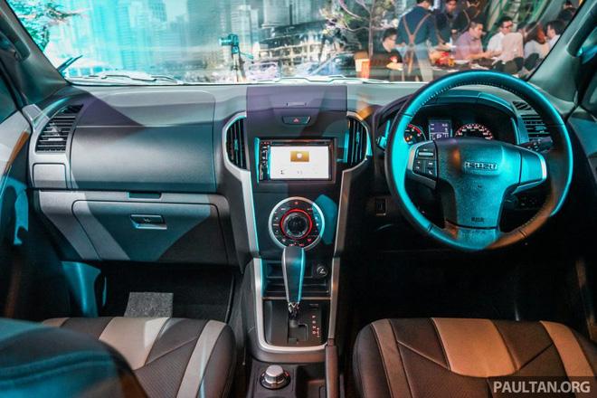 Bên trong Isuzu D-Max Beast là không gian nội thất với da hai màu xám và đen cao cấp theo phong cách Ý. Trên tựa đầu ghế có thêu dòng chữ Beast làm điểm nhấn.