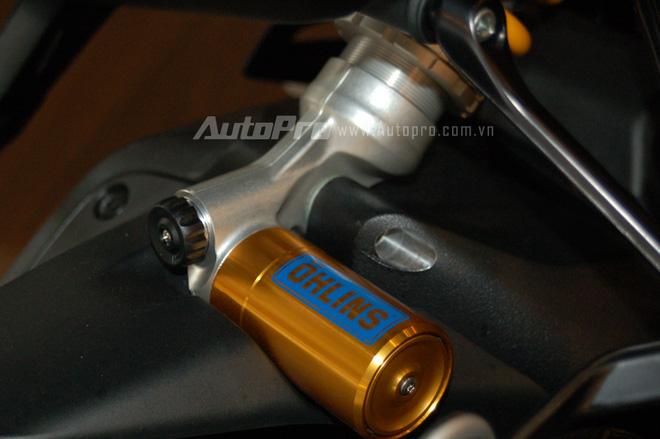 Ducati Monster 1200 R còn được trang bị phuộc trước có khoảng chạy 48 mm và giảm xóc đơn đằng sau. Cả hai đều là loại tùy chỉnh do hãng Ohlins sản xuất.
