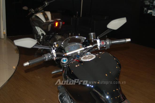Monster 1200 R còn được trang bị gói an toàn Ducati Safety Pack (DSP) tiêu chuẩn bao gồm Ducati Traction Control (DTC), 9MP ABS (Anti-Lock Braking System) và Ducati Traction Control (DTC), ngoài ra còn có hệ thống điều chỉnh lực bám đường 8 chế độ.