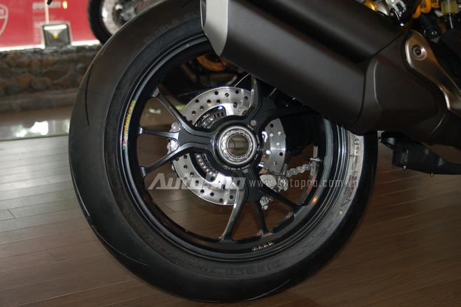 Ducati Monster 1200R 2016 được trang bị vành hợp kim nhôm 17-inch 3 chấu thiết kế mới, đi kèm là lốp Pirelli Diablo Supercorsa SP có kích thước 120/70 cho bánh trước và 200/55 phía sau.