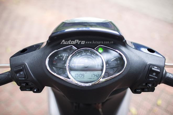 Mặt đồng hồ điều khiển kết hợp cả đồng hồ cơ và điện tử giúp hiển thị đa thông tin.
