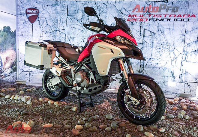 Sáng 12/5, Ducati Việt Nam chính thức giới thiệu mẫu xe dành cho dân đi phượt mang tên Multistrada 1200 Enduro. Tuy nhiên, đây là phiên bản nhập khẩu từ Ý với mức giá tham khảo ở mức chót vót 54.600 USD, tương đương hơn 1,2 tỷ đồng. Bản bán ở Việt Nam sẽ được nhập khẩu từ Thái Lan như bao mẫu Ducati khác với giá bán mềm hơn. Dự kiến quý III tới, liên doanh Ý mới công bố giá bán chính thức.