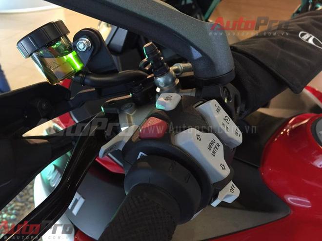 Hàng loạt nút điều khiển xuất hiện ở hai bên khiến những người chưa quen với dòng sản phẩm này có phần bỡ ngỡ và hơi choáng. Một số công nghệ nổi bật như hệ thống đo lường lực quán tính (IMU), Ducati Traction Control (DTC), Ducati Wheelie Control (DWC) và hệ thống treo bán tự động Ducati Skyhook Suspension (DSS) Evolution với độ dài hành trình nhún 200mm. Chế độ điều khiển tốc độ bằng điện tử và hệ thống Ducati Multimedia System (DMS) giúp cho người lái có thể kết nối chiếc xe với điện thoại thông minh đồng thời điều khiển những chức năng chính (nghe gọi thoại, nhắn tin, điều khiển âm thanh…) thông qua màn hình TFT ngay phía trên tay lái.