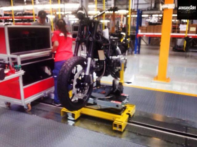Ducati Scrambler trên dây chuyền sản xuất tại nhà máy.