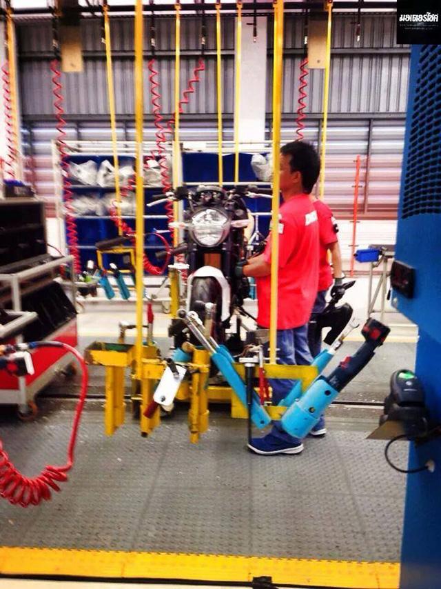 Ducati Monster trên dây truyền sản xuất.
