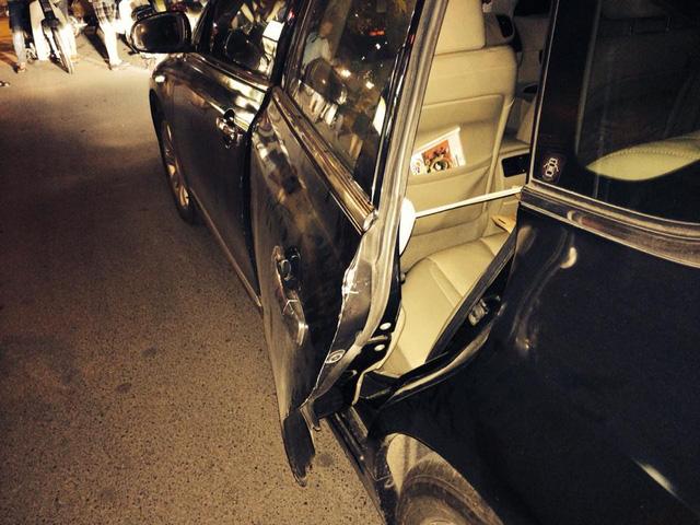 Xe máy chở hai cô gái trẻ đã đâm vào cửa sau bên người lái của chiếc Nissan Teana.