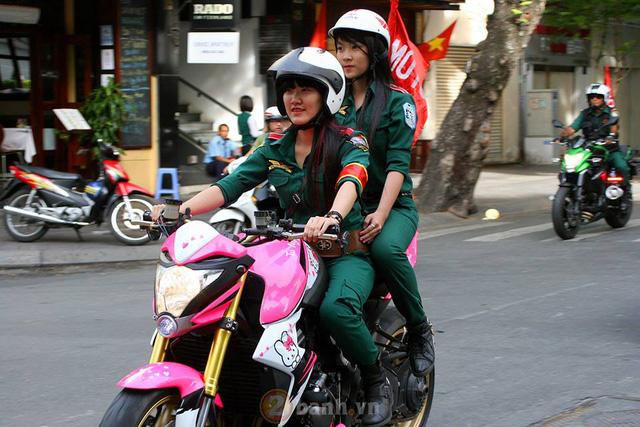 Nguyễn Lâm Thanh Tú điều khiển chiếc nakedbike Honda CB1000 lên dàn áo Hello Kitty.