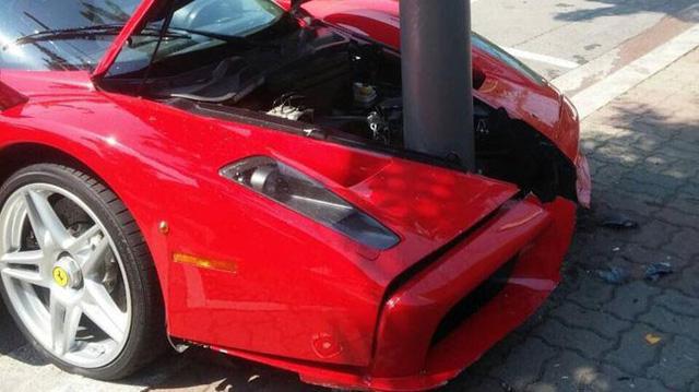 """""""Huyền thoại"""" Ferrari Enzo toác đôi đầu vì đâm vào cột điện"""