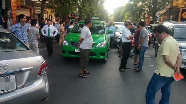 Chiếc Toyota Vios nằm xoay ngang ra đường Lê Đại Hành. Ảnh: Nguyễn Tùng Lâm/Otofun