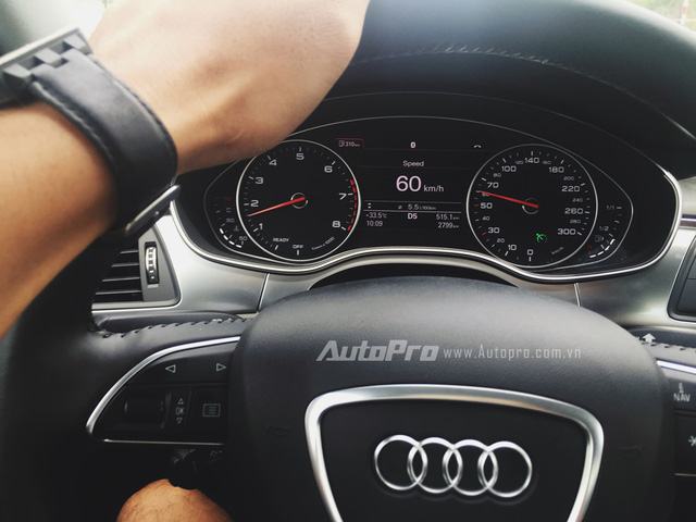Đèn xanh bên phảo báo tính năng Cruise Control đã được bật và tốc độ được lựa chọn là 60km/h. Ở tốc độ này, chiếc xe Audi A6 1.8 TFSI chỉ tiêu thụ hết 5,5L/100km.