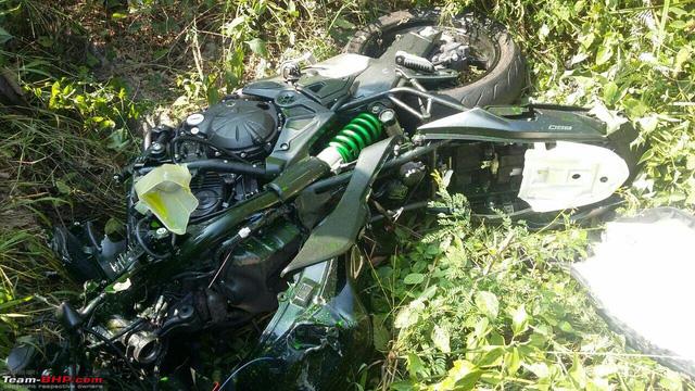 Ô tô quay đầu, gây tai nạn cho cặp đôi Kawasaki Versys 650 và Triump Daytona - Ảnh 1.