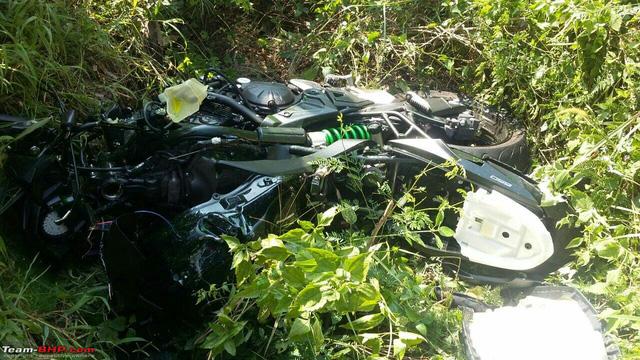 Ô tô quay đầu, gây tai nạn cho cặp đôi Kawasaki Versys 650 và Triump Daytona - Ảnh 7.