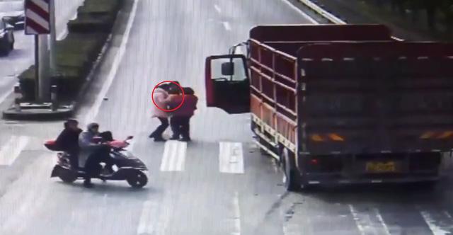 Ô tô tải vượt đèn đỏ, cuốn bé trai ngồi trên xe đẩy vào gầm - Ảnh 4.