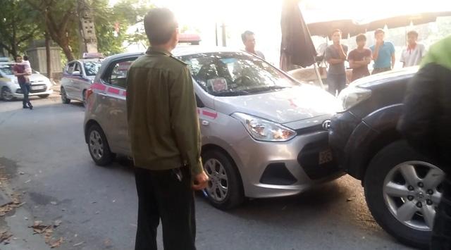 Hà Nội: Tài xế xe Toyota Fortuner biển xanh cố tình đi vào đường cấm gây bức xúc - Ảnh 1.