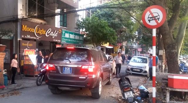Hà Nội: Tài xế xe Toyota Fortuner biển xanh cố tình đi vào đường cấm gây bức xúc - Ảnh 2.
