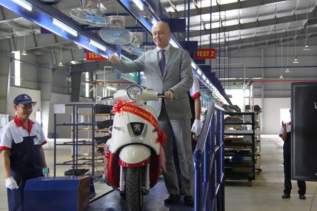 Ông Bruno Arabian - đại diện OneAsia - trong lễ xuất xưởng chiếc Peugeot Django đầu tiên tại Việt Nam.