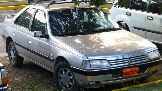 Peugeot 405 cũng là một mẫu xe khá dễ gặp tại Cuba. Mẫu xe sedan này lần đầu được ra mắt vào năm 1987 và băt đầu được nhập khẩu vào Cuba từ khoảng những năm 1990s.
