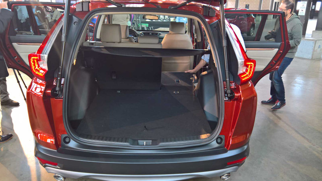 Đáng tiếc là Honda CR-V thế hệ mới vẫn chỉ đi kèm nội thất 5 chỗ. Không hề có phiên bản 7 chỗ như tin đồn từ trước đó. Điều này có thể khiến không ít người cảm thấy hụt hẫng và thất vọng.