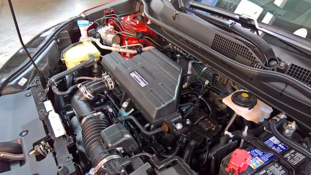 Bên dưới nắp capô của Honda CR-V 2017 có động cơ xăng 4 xy-lanh, tăng áp, dung tích 1,5 lít lấy từ Civic thế hệ mới. Động cơ DOHC, phun xăng trực tiếp này tạo ra công suất tối đa 190 mã lực tại vòng tua máy 5.600 vòng/phút và mô-men xoắn cực đại 243 Nm tại vòng tua máy từ 2.000 - 5.000 vòng/phút. Ngoài ra, động cơ còn đi kèm hệ thống khởi động máy từ xa tương tự Honda Civic thế hệ mới.