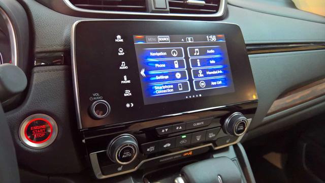 Về công nghệ, Honda đã nâng cấp nội thất của CR-V mới với nhiều tính năng lấy từ Civic thế hệ mới. Có thể thấy điều đó thông qua màn hình cảm ứng 7 inch nằm giữa dành cho hệ thống thông tin giải trí.