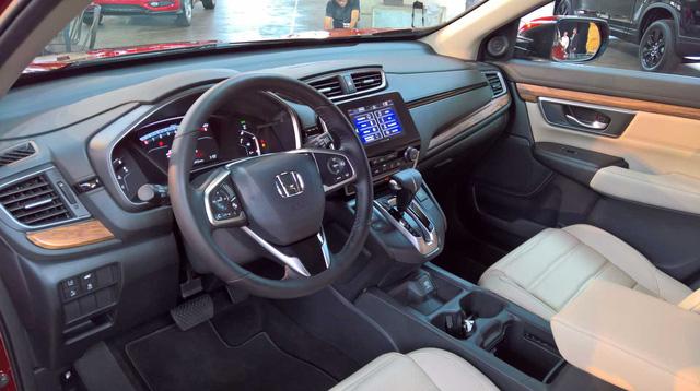 Bên trong CR-V thế hệ mới là không gian nội thất rộng rãi hơn, thậm chí đứng đầu phân khúc, theo nhận định của hãng Honda.