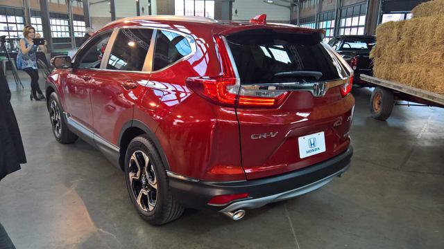 Cả hai động cơ đều kết hợp với hộp số CVT. Trong khi đó, hệ dẫn động 4 bánh chỉ là trang bị tùy chọn của Honda CR-V thế hệ mới. Theo hãng Honda, CR-V tăng áp thế hệ mới sẽ là mẫu xe tiết kiệm nhiên liệu nhất trong phân khúc. Có được điều đó là nhờ thân vỏ khí động học hơn và hộp số CVT.