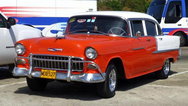 Chevrolet Bel Air là một trong những chiếc xe Mỹ có thể dễ dàng bắt gặp trên đường phố Cuba. Dòng xe này được sản xuất từ những năm 1950 và rất được ưa chuộng bởi kích thước bề thế và kiểu dáng khá sang trọng vào thời bấy giờ. Xe được trang bị động cơ 3.5L và hộp số sàn 3 cấp.