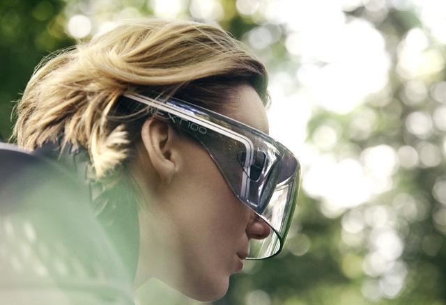 Không dừng ở đó, người lái và BMW Motorrad Vision Next 100 còn kết nối với nhau thông qua chiếc kính đặc biệt. Khi đeo chiếc kính này, người lái sẽ đọc được những thông số như đường chạy lý tưởng hay góc nghiêng phù hợp.