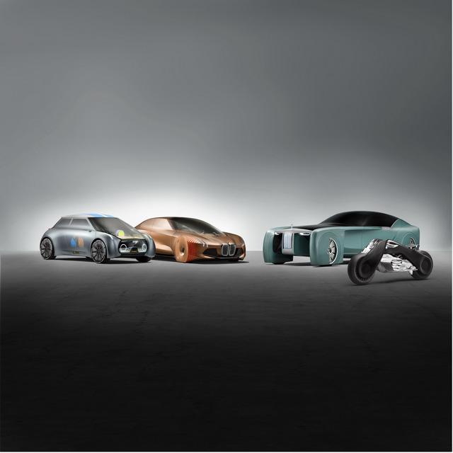 Để kỷ niệm 100 năm thành lập, hãng BMW đã liên tục cho ra mắt những mẫu xe concept thuộc series Vision Next 100. Sau BMW Vision Next 100, Rolls-Royce Vision Next 100 và Mini Vision Next 100, hãng xe Đức lại tiếp tục trình làng một mẫu xe khác cùng tên nhưng mang kiểu dáng mô tô phân khối lớn.