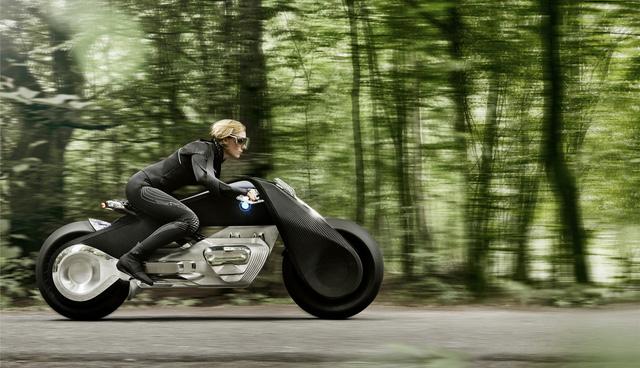 Một trong những điểm nhấn của BMW Motorrad Vision Next 100 chính là người lái không cần đội mũ bảo hiểm hay mặc đồ bảo vệ khi điều khiển nhờ cơ cấu tự cân bằng.