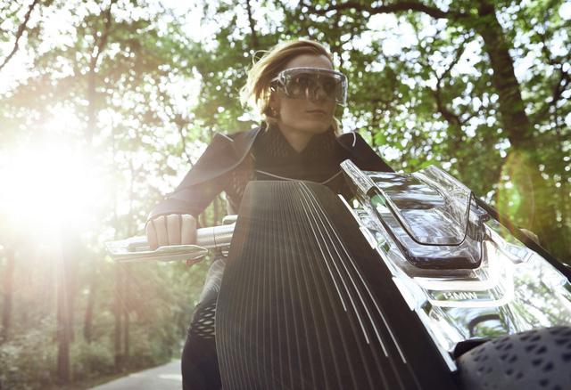 Chưa hết, hệ thống tay lái của BMW Motorrad Vision Next 100 còn có sự hỗ trợ từ bộ khung. Nói cách khác, khi người điều khiển xoay tay lái, toàn bộ khung xe cũng thay đổi theo để chuyển hướng. Đó là lý do vì sao hãng BMW gọi bộ khung là Flexframe.
