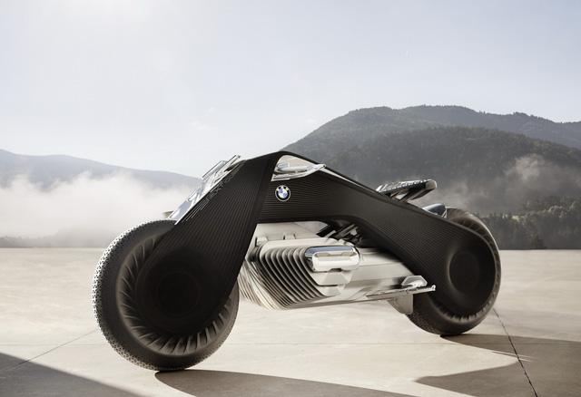 Điểm nhấn khác của mô tô BMW Motorrad Vision Next 100 chính là bộ khung màu đen hình tam giác. Chi tiết này gợi liên tưởng đến R32 1932, mẫu mô tô đầu tiên của hãng BMW. Trên BMW Motorrad Vision Next 100, bộ khung này nối 2 bánh với nhau và tạo cảm giác như tất cả chỉ là một khối.