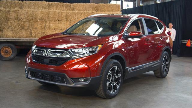 Honda CR-V thế hệ mới đã chính thức ra mắt tại khu thương mại Eastern Market nổi tiếng của thành phố Detroit, bang Michigan, Mỹ. Tại đây, cánh phóng viên và các khách mời đã có cơ hội mục sở thị thiết kế của Honda CR-V 2017 ngoài đời thực.