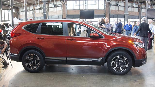 Ngoài ra, tại thị trường Mỹ, Honda CR-V 2017 còn có một tùy chọn động cơ khác là máy xăng i-VTEC, phun nhiên liệu trực tiếp, dung tích 2,4 lít, tạo ra công suất tối đa 184 mã lực tại vòng tua máy 6.400 vòng/phút và mô-men xoắn cực đại 244 Nm tại vòng tua máy 3.900 vòng/phút. Tuy nhiên, động cơ hút khí tự nhiên này chỉ dành cho Honda CR-V 2017 bản tiêu chuẩn.