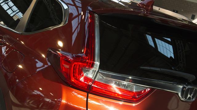Đằng sau Honda CR-V 2017 là cụm đèn hậu nằm dọc truyền thống. Tuy nhiên, đèn hậu đã được cải tiến sao cho phong cách hơn và gần giống xe Volvo.