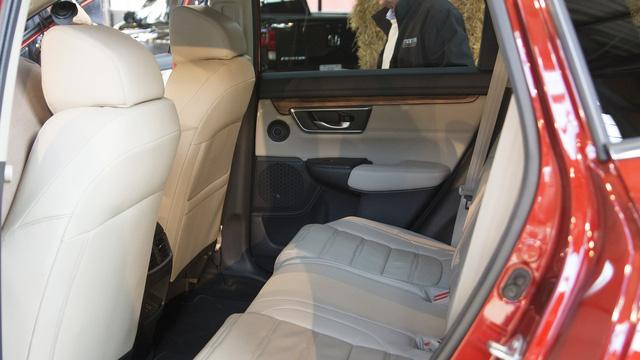 Theo hãng Honda, khoảng duỗi chân cho hành khách ngồi trên hàng ghế sau của CR-V thế hệ mới đã được nới rộng thêm 51 mm. Nhờ đó, ngay cả người cao 1,85 mét cũng có thể ngồi thoải mái trên hàng ghế sau.