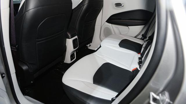 Ở giữa bảng táp-lô có màn hình trung tâm cỡ lớn với kích thước 5, 7 và 8,4 inch, tùy thuộc theo từng bản trang bị. Tất cả đều hỗ trợ hai ứng dụng Apple CarPlay và Android Auto để kết nối với điện thoại thông minh.